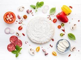 Pizza Zutaten mit Teig foto