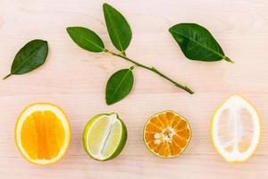 frische Zitrusfrüchte auf Holz foto