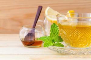 Tasse Kräutertee mit frischer Minze und Honig foto
