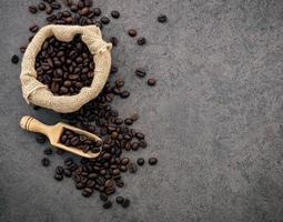 dunkler gerösteter Kaffee auf Steinhintergrund