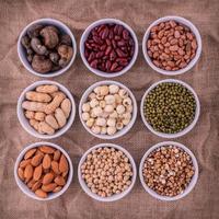 Bohnen, Linsen und Nüsse in Schalen foto
