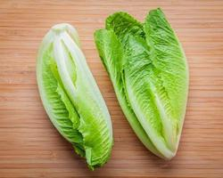 frischer Salat auf Holz foto