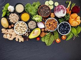 Draufsicht auf gesunde Lebensmittel auf dunklem Schiefer foto