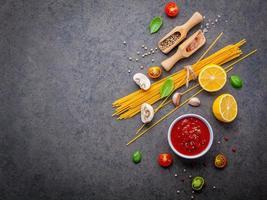 Spaghetti-Zutaten auf Schiefer foto