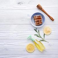 Honig und Zitrone auf weißem Holz foto