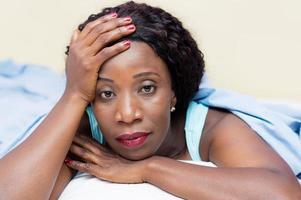 Porträt einer schönen jungen schwarzen Frau liegend foto
