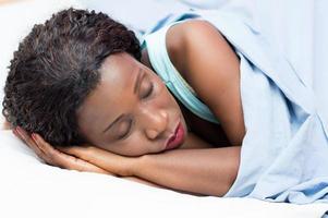 hübsche Frau schläft foto
