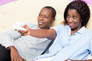 junges Paar, das im Bett fernsieht