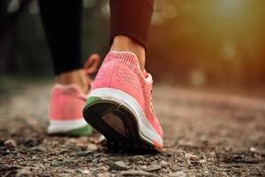 Nahaufnahme des weiblichen Sportfitnessläufers am Waldweg