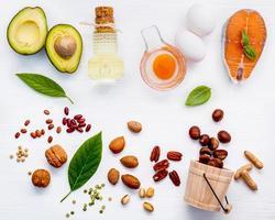 gesunde Lebensmittelzutaten auf Weiß foto