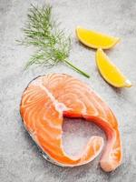 frischer Lachs, Zitrone und Fenchel foto