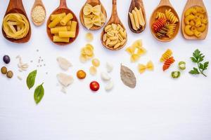 italienisches Lebensmittelkonzept mit Nudeln und Kräutern foto