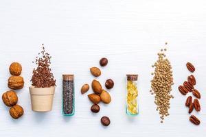 gesunde Samen und Nüsse auf Weiß foto