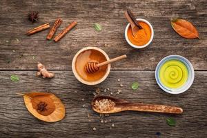 natürliche Wellnessartikel auf Holz foto