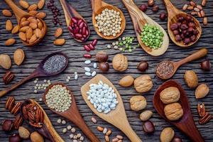 Hülsenfrüchte und Nüsse in Löffeln foto