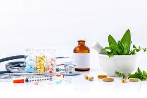 Kräutermedizin auf weißem Hintergrund foto