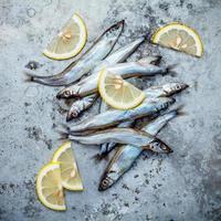 Haufen Shishamo Fisch auf Beton foto