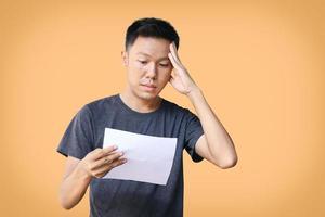 Ein Mann, der frustriert ist, wenn er seine Finanzberichte liest foto