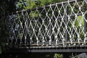 Baldachinbrücke in einem Garten foto