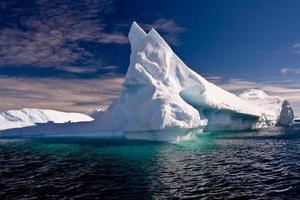 spitzenförmiger Eisberg in der Antarktis