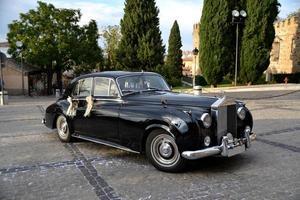 elegante und klassische schwarze Autohochzeit foto