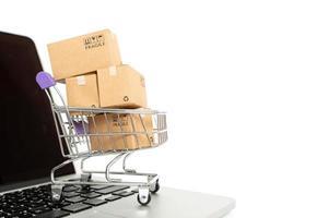 Papierkästen in einem Wagen auf einem weißen Hintergrund. Online-Shopping- oder E-Commerce-Konzept und Lieferservice-Konzept mit Kopierraum für Ihr Design