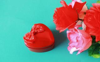 rote Herzen und Rosen auf blauem Hintergrund