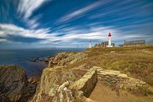Leuchtturm auf einer Klippe des Ozeans foto