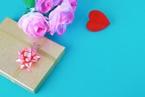 rotes Herz und Geschenkbox lieben als Valentinstagkonzept