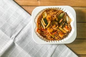 Gebratene Nudeln mit Hong Kong Sauce umrühren foto