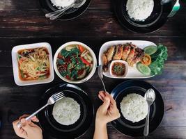 Leute, die thailändisches Essen essen foto