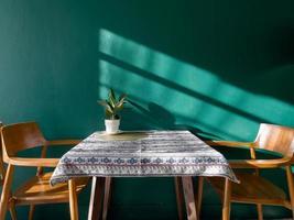 Tisch mit freiem Raum mit grüner Pflanze foto