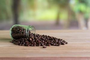 geröstete Kaffeebohnen in einer Glasflasche foto