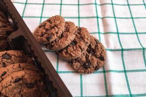 Schokoladenplätzchen auf einem Stoffhintergrund