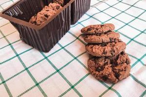 Schokoladenplätzchen auf Stoffhintergrund