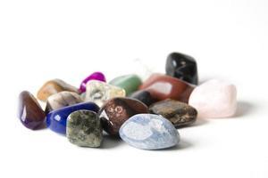 Gruppe von Mineralien auf dem weißen Hintergrund