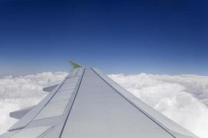 Flugzeugflügel am Himmel foto