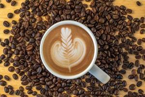 Draufsicht einer Tasse Kaffee mit Bohnen