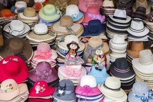 bunte Souvenirs auf dem Markt in Copacabana, Bolivien foto