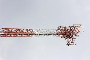 Telekommunikationsturm mit einem Himmelhintergrund foto