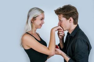 glückliches Porträt des Paares während der Überraschungsheirat
