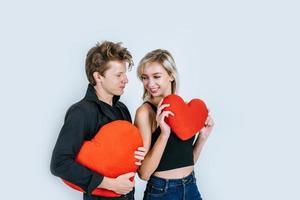glückliches Paar, das zusammen liebt, ein rotes Herz haltend