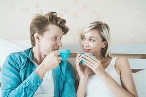 glückliches Paar, das morgens Kaffee trinkt foto