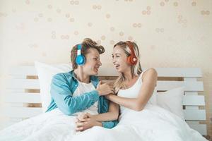 glückliches Paar, das morgens Lieder hört