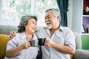 älteres Paar zusammen in ihrem Wohnzimmer