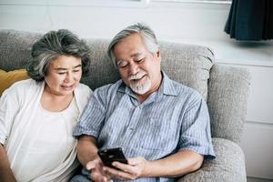 älteres Paar, das zusammen im Wohnzimmer spielt