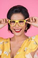 Porträt der modischen Frau mit Sonnenbrille