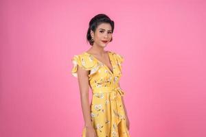 Porträt der modischen Frau im Studio foto