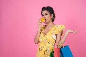 modische Frau mit Einkaufstaschen und Kreditkarte foto
