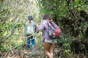 junger Hipster-Frauenwanderer, der Waldlandschaften im wilden Berg genießt foto